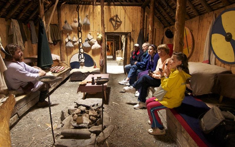Intérieur d'une hutte viking à l'Anse-aux-Meadows
