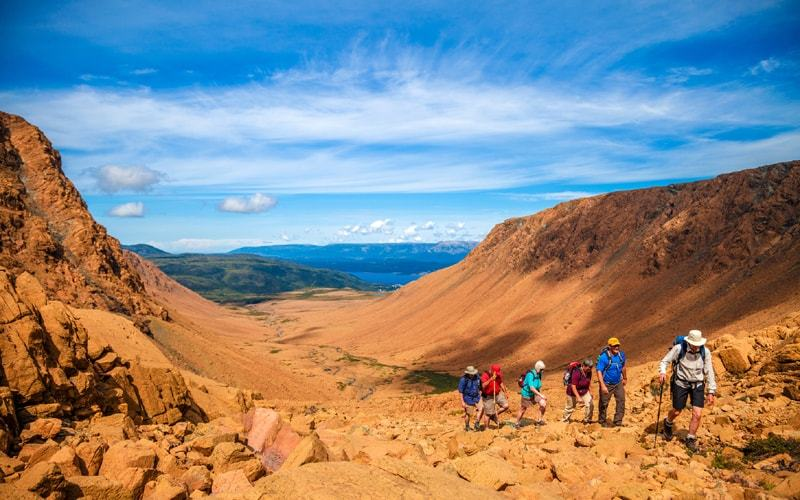 Randonneurs aux Tablelands dan0s le parc national du Gros-Morne
