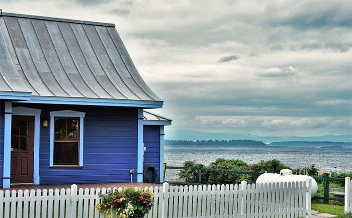 Vue sur une maison bleue et le Saint-Laurent à Kamouraska