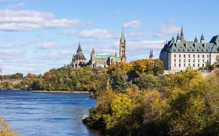 Vue sur la rivière des Outaouais et le Parlement d'Ottawa