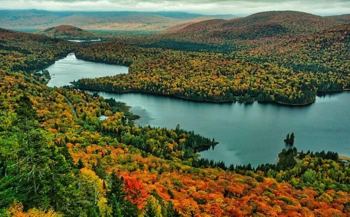 Vue panoramique sur lac Monroe dans le parc national du Mont-Tremblant