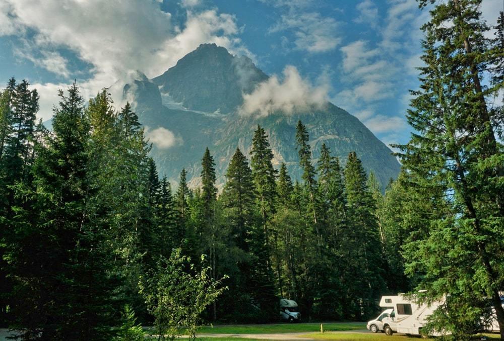 Vue sur les montagnes depuis le camping Kicking Horse