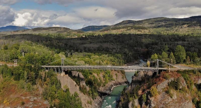 Vue de drone du pont sur le canyon Hagwilget à Hazelton