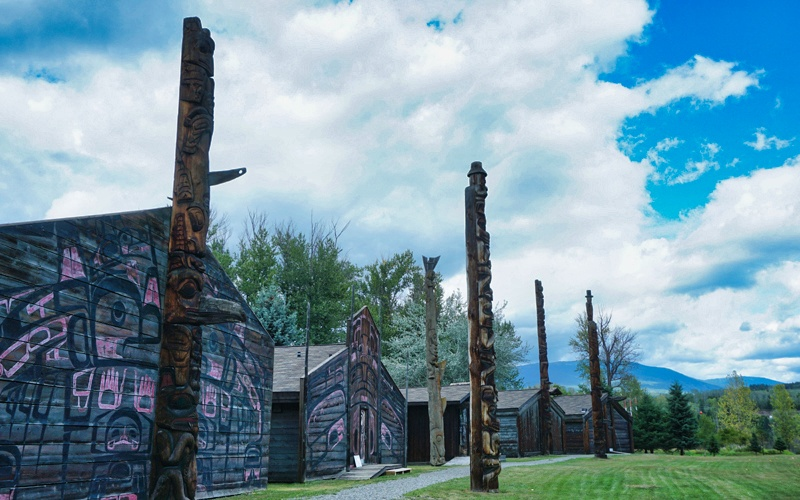 Vue sur les totems et bâtisses du village Ksan