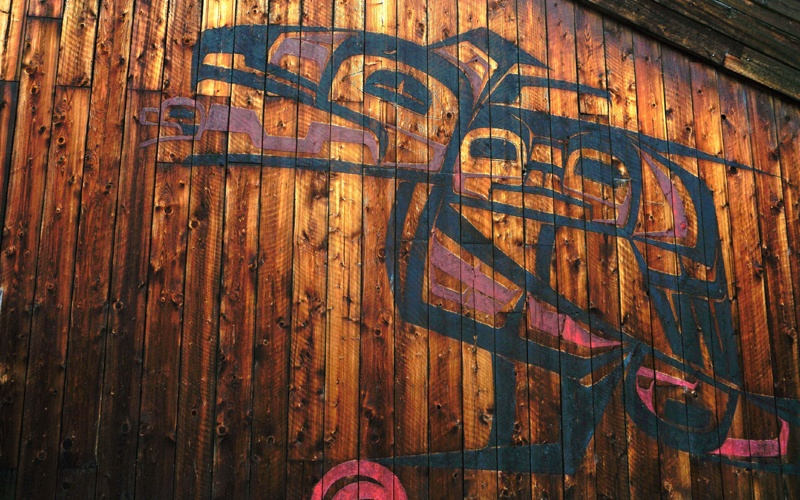 Peinture autochtone sur mur de bois au village ksan