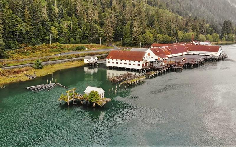 Vue de drone du North Pacific Cannery National Historic Site.