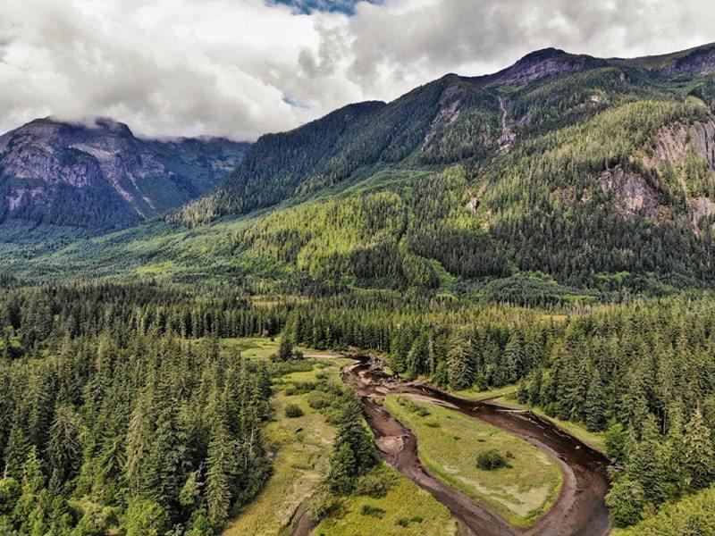 Vue du drone des montagnes depuis la halte routière de Basalt Creek