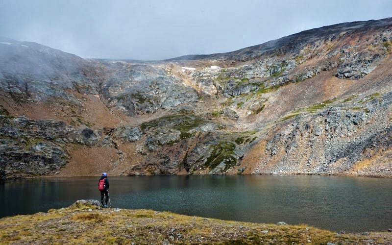 Christine eu bord du lac sur le sentier du Crater Lake