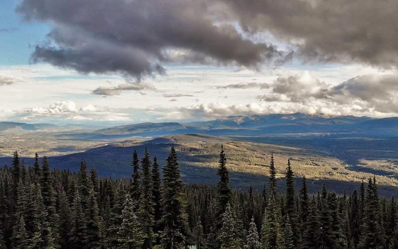 Paysages depuis le sentier du Crater Lake à Smithers