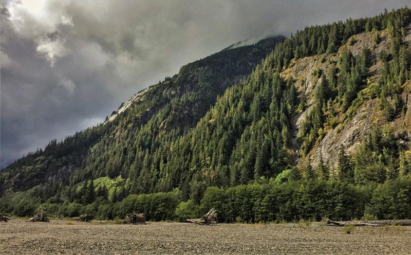 Vue sur la rivière Skeena et les falaises en arrière plan
