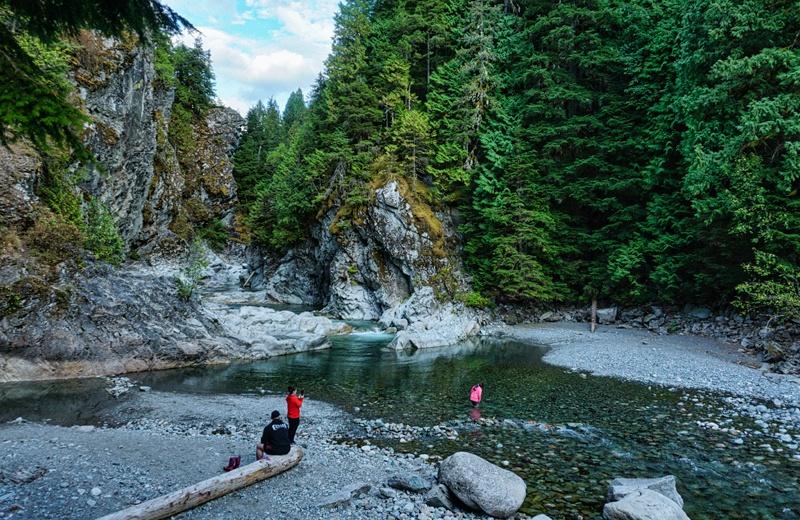 Famille au bord de l'eau au parc provincial Kleanza Creek