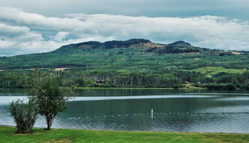 Vue du lac Tyhee depuis le camping du parc provincial Tyhee Lake