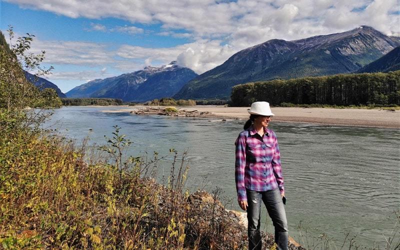 Christine au bord de la rivière Skeena