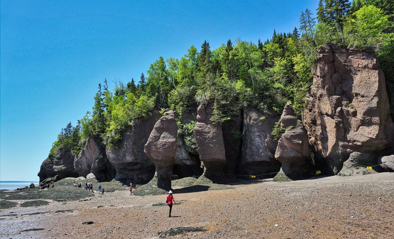 Christine face aux monolithes à Hopewell Rocks